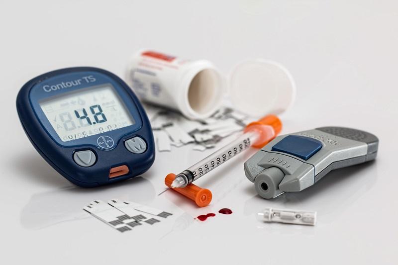 Handgerät-zur-Blutzuckermessung-bei_diabetes